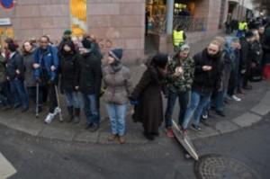 """Noruegos formaron """"anillo de solidaridad"""" alrededor de la mezquita de Oslo"""