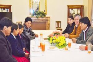 Evo Morales recibió a niñas indígenas que crearon un brazo hidráulico con materiales desechables