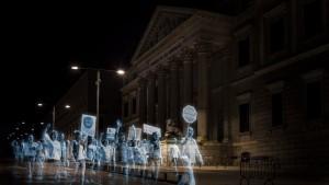 Ologrammi protestano di fronte al parlamento spagnolo