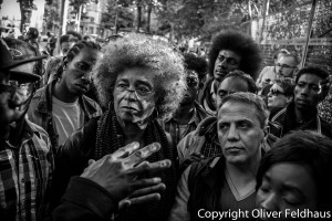 Angela Davis speaks with refugees in Berlin