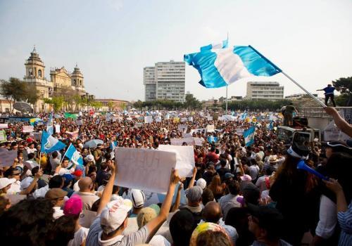 Guatemala, la creatividad de la manifestación urbana del 25 de abril
