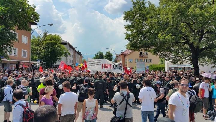 Tausende Menschen demonstrieren friedlich und farbenfroh in Garmisch