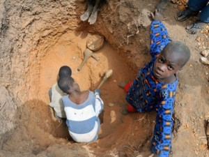Bambini nelle miniere d'oro del Ghana