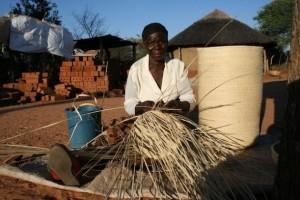 Mujeres en Zimbabwe tejen un futuro próspero con la cestería
