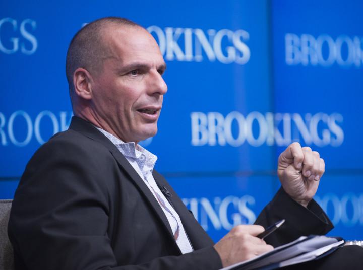 Varoufakis: «La troika atará las manos de un Gobierno PSOE-Podemos»
