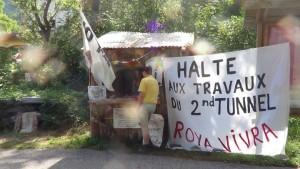 Des habitants des Alpes-Maritimes campent contre l'augmentation du trafic routier
