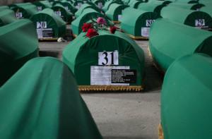 El último adiós a más de 100 víctimas de Srebrenica, tras 20 años de la masacre
