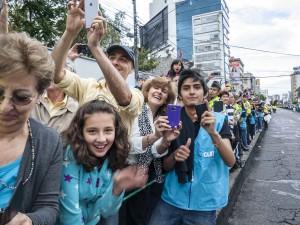 Masiva bienvenida a Francisco, en las calles de Quito