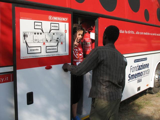 Un ambulatorio mobile di Emergency a Milano