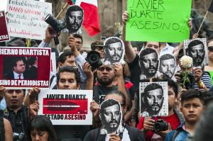 """Messico: """"il mio paese è un campo di papaveri irrigato con la linfa porpora dei giovani"""""""