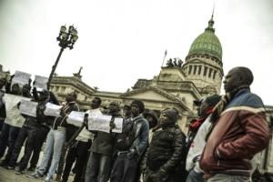 Senegaleses marcharon contra «abusos» de la Metropolitana