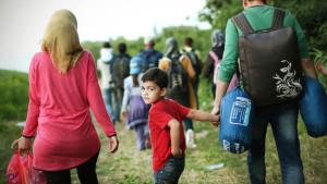El camino a pie de refugiados sirios desde Serbia a Hungría: «Solo queremos vivir en paz»