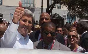 John Kerry se promène par La Vieille Havane sous le soleil tropical