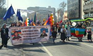 Marcha de Mujeres de Pueblos Originarios por las calles de Santiago de Chile