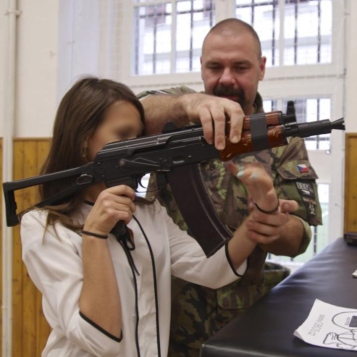 armi a scuola faccia oscurata