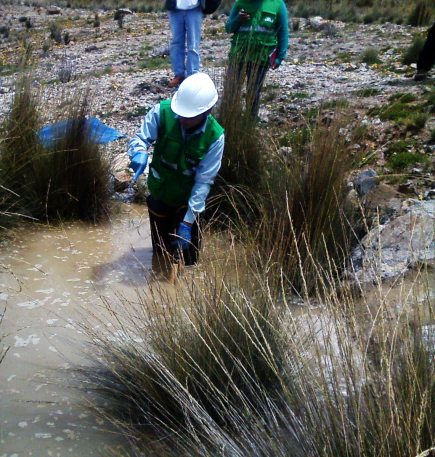 Funcionario del OEFA tomando muestras de agua.