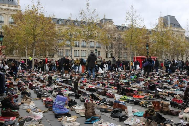Parigi. Migliaia di scarpe al posto della Marcia per il clima
