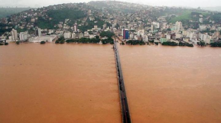 Inundação causada pelo transbordamento do Rio Doce, em Vitória (ES). (AFP)
