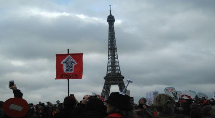 Parigi, una manifestazione pacifica e di massa per tutto il pianeta