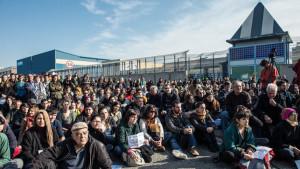 El CIE de la Zona Franca, condenado al cierre en un «juicio popular»
