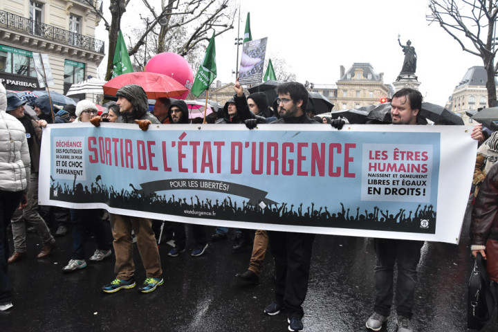Contre l'état d'urgence, des milliers de manifestants en France (1/2)