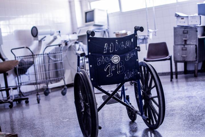 Una de las pocas sillas de ruedas que hay en la guardia del hospital.