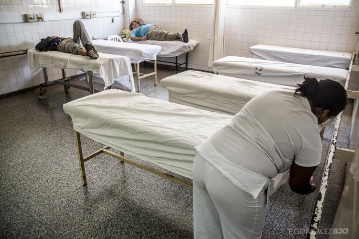 Las enfermeras aprovechan los momentos de tranquilidad en la guardia para poder reemplazar las sabanas de las camillas.