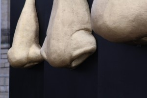 Den Tätern Nase und Gesicht geben – Profiteure des Todes