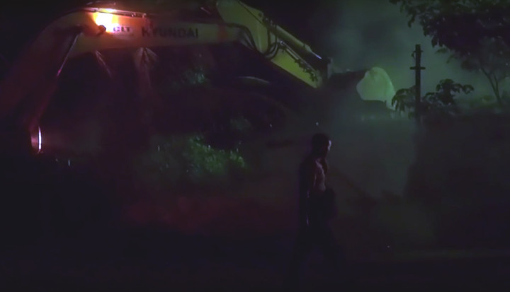 Trator derruba casa dentro do Parque Olímpico, na noite de 24/2. Foto: Mariana Simões/Agência Pública
