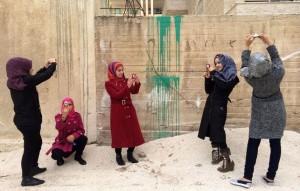 Adolescentes sirias usan cámaras para contar su vida en un campo de refugiados