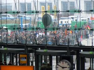 Rechte Demonstranten ziehen durch Berlin-Mitte