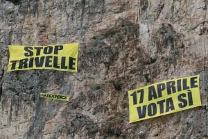 I climber di Greenpeace per il referendum #notriv