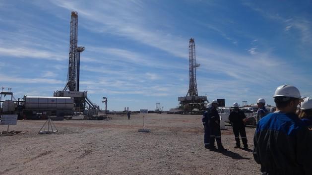 Trabajadores de Loma Campana, un campo con 300 pozos abiertos de petróleo de esquisto, dentro de Vaca Muerta. La decisión de enlentecer el desarrollo de los hidrocarburos no convencionales en Argentina ha comenzado a traer despidos en la zona. Crédito: Fabiana Frayssinet/IPS