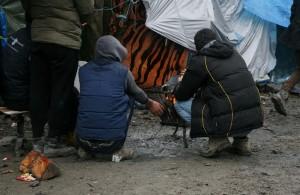 L'inferno di Calais tra sgomberi e ronde xenofobe