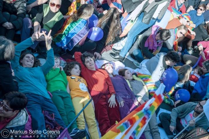 Foto di gruppo a colori: per un'educazione al rispetto e alla pluralità