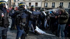 """Cientos de """"indignados"""" desalojados del centro de París"""