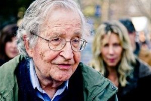 """Chomsky: """"Está caindo o apoio às democracias formais porque não são verdadeiras democracias"""""""