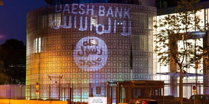 Banca del Daesh. Attivisti proiettano la bandiera dell'Is sulla facciata dell'ambasciata saudita a Berlino