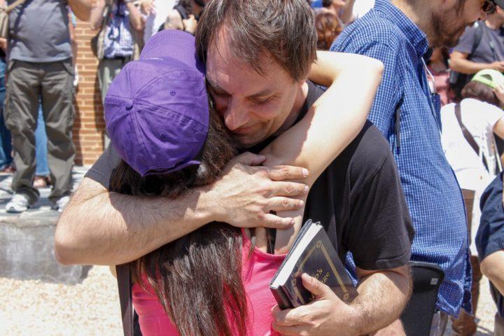 Encuentro Mensajeros Parque Toledo 21 Mayo 2016-abrazo