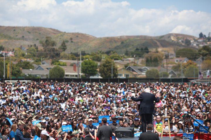 Scrittori contro Trump. Sanders punta a incontrare 200.000 californiani