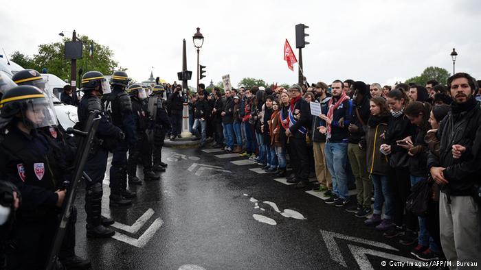 Manifestantes foram às ruas de Paris contra manobra do governo