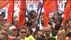 Il Parlamento greco approva nuove misure di austerity in mezzo a proteste di massa