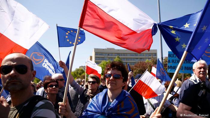 Manifestantes levaram bandeiras polonesas e da União Europeia para o protesto