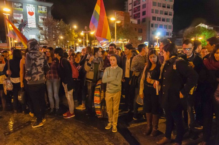 Abrazo colectivo en rechazo a las muertes por homofobia