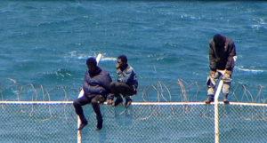 La Guardia Civil se enfrenta de nuevo a migrantes que resisten aferrados a la valla