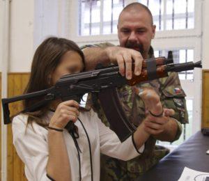 armi-a-scuola-faccia-oscurata