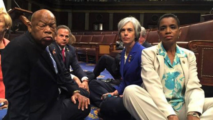 Sit-in dei deputati democratici per chiedere una legge sulle armi