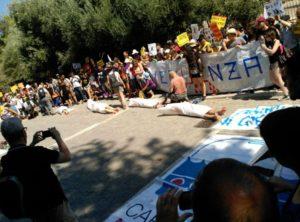 Spettacolare protesta davanti all'ambasciata spagnola ad Atene