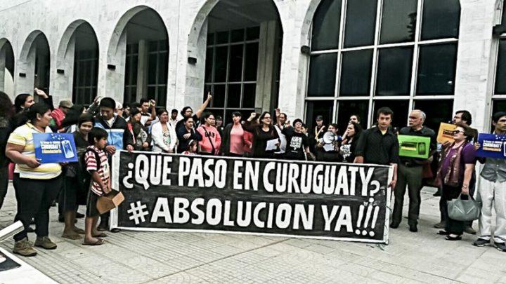 Familiares de las víctimas y organizaciones de sociales de Paraguay exigen hoy la absolución de los campesinas y campesinos presos en la explanada del Palacio de Justicia en Asunción. Foto: CigarraPy