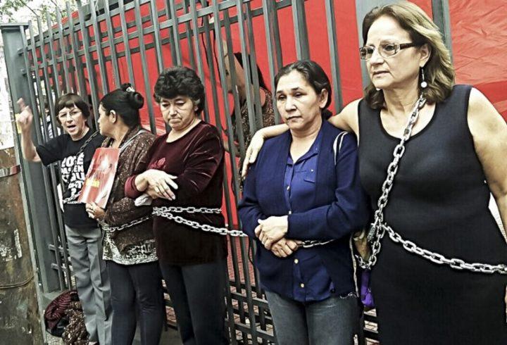 5 mujeres, tres madres de campesinos y dos defensoras de los DDHH se encuentran desde hace una semana encadenadas a los portones del Poder Judicial en reclamo de la libertad de los presos. Foto: CigarraPy